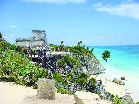 RIVIERA MAYA, CONECTATE CON LA NATURALEZA Y EL PARADISIACO PAISAJE D isfruta del sol, las olas, los arrecifes y cenotes a lo largo de la legendaria península de Yucatán. La Riviera Maya se extiende a lo largo de la costa del Caribe, en la parte oriental de la península de Yucatán. Comprende la zona que va de Puerto Morelos a la Reserva de la Biósfera de Sian Ka'an. En lo que alguna vez fueron pueblos de pescadores, hoy se erige un corredor turístico que ofrece lujosos hoteles y resorts. Aquí también encontrarás restaurantes de primera categoría, espacios para vivir al máximo la vida nocturna, exclusivos spas, centros comerciales y campos de golf.  ¿Acaso necesitas algo más?  Este corredor es, sin duda, uno de los mejores destinos para vacacionar a nivel mundial. Alberga algunas de las más hermosas y extensas playas de México, famosas por su arena blanca y fina, acariciada por el característico mar azul turquesa del Caribe. Pasa el día en un lujoso club de playa donde podrás nadar, broncearte, practicar deportes acuáticos o gozar de los servicios de un spa. En Playa del Carmen, un poblado amigable y turístico , encontrarás tiendas de artesanías y boutiques, restaurantes, cafés y, por supuesto, alegres bares y discotecas.  La Riviera Maya es uno de los mejores destinos para practicar buceo y esnórquel. En sus costas se asienta un extenso arrecife coralino, hogar de una enorme variedad de especies marinas. Sumérgete en las aguas caribeñas y te encontrarás rodeado por peces tropicales, rayas y tiburones ballena. El mar no es el único sitio donde puedes practicar actividades acuáticas. Visita los cenotes de la zona, albercas naturales que se forman por la desembocadura de ríos subterráneos. La experiencia de explorar una caverna y nadar en agua cristalina jamás se borrará de tu memoria.  En cuanto a ecoturismo, la Riviera Maya destaca por su política de protección al medio ambiente. Fuera de los grandes núcleos turísticos, gran parte de la región no ha sido urbanizada. A