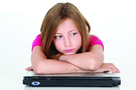 VIDA COMO PREVENIR EL CYBER BULLYING E l acoso o bullying en internet preocupa cada vez más a los padres. Así lo demuestra el estudio Global Youth Online Behaviour Survey, efectuado durante un año por Microsoft en más de 25 países, el cual pone de manifiesto que se trata de un fenómeno en auge y que casi el 40 por ciento de niños y adolescentes reconoce haberlo sufrido.  DAS Internacional propone algunas recomendaciones a los progenitores, entre ellas, no prohibir al infante el uso de nuevas tecnologías, pero sí hay que concienciarlo sobre los beneficios y alertarlo de los riesgos.  La educación en este ámbito debe iniciarse junto al resto de actividades diarias, no en forma aislada.  Es recomendable que los padres conozcan quiénes son los amigos de sus hijos en el mundo real, pero también sus relaciones en línea.  Hay que valorar a qué edad es conveniente que el niño disponga de móvil con acceso a internet. El criterio no debe ser que sus compañeros de clase lo tengan.  Además deben ejercer mayor control del uso que hacen los pequeños en casa de la computadora y los disposititivos móviles. Los casos de acoso escolar en internet se dan, sobre todo,  fuera de la escuela.  Hay que prestar especial atención a los juegos, fotografías o videos que reciben los infantes, para evitar que vean contenidos violentos, de pornografía o relacionados con el consumo de drogas.  Si se cree que el menor está siendo acosado, hay que escucharlo y demostrarle todo el apoyo.  Actos de acoso directo de cyber bullying  1. Mensajes de acoso desde mensajería instantánea (chat, MSN, Skype, Yahoo Messenger…)  2. Robo de contraseñas de cuentas de correo y usuario web. 3. Comentarios ofensivos en blogs y sitios web 4. Envío de imágenes a través de email y teléfonos móviles.  6. Encuestas en Internet insultando o injuriando a algún menor. 7. Juegos interactivos involucrando al acosado. 8. El envío de código malicioso y virus al email de la víctima acosada 9. Envío de Porno y emails basura. 10. Su