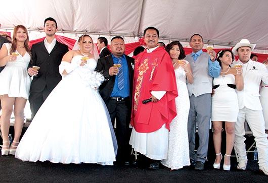 Catorce parejas contraen matrimonio en boda colectiva